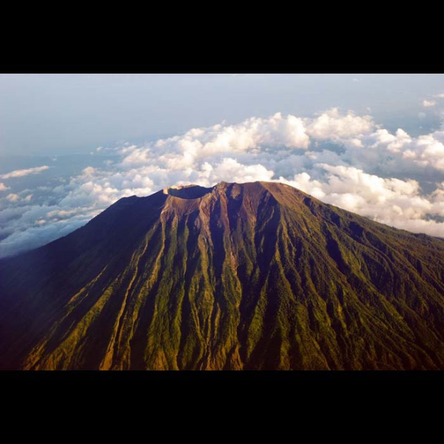 Mount Agung: Over the Top - © Flickr user Jeffrey Manzini