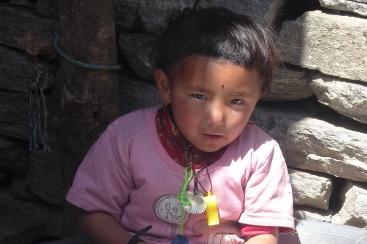 Manaslu Circuit: Nepalese child in Chisopani - © Dick Everard