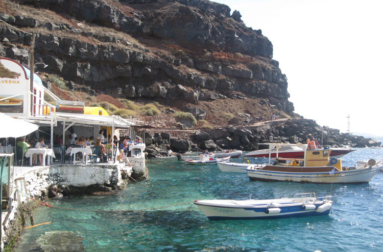 Caldera Rim, Santorini: Amoudi Bay, Santorini - © By Flickr user BluEyedA73