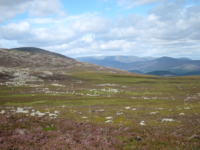 United Kingdom Scotland Cairngorms, Lochnagar and Loch Muick, The low shoulder with Deeside, Walkopedia