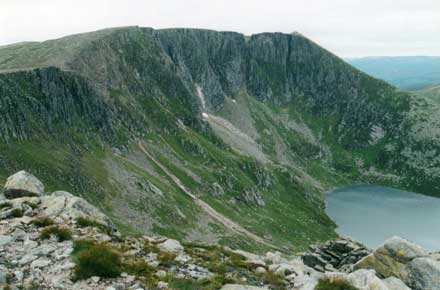 United Kingdom Scotland Cairngorms, Lochnagar and Loch Muick, The high horseshoe of cliffs, Walkopedia