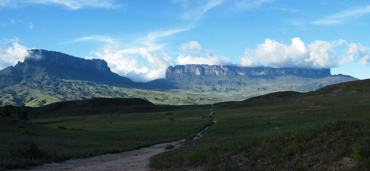 Kukenan Roraima Pan 2 - © From Flickr user Adalbertop