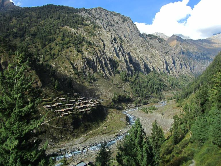 India NW:Himachal Pradesh, Across the Bara Bhangal and Dhaula Dhar Ranges , First view of Bara Banghal village, Walkopedia