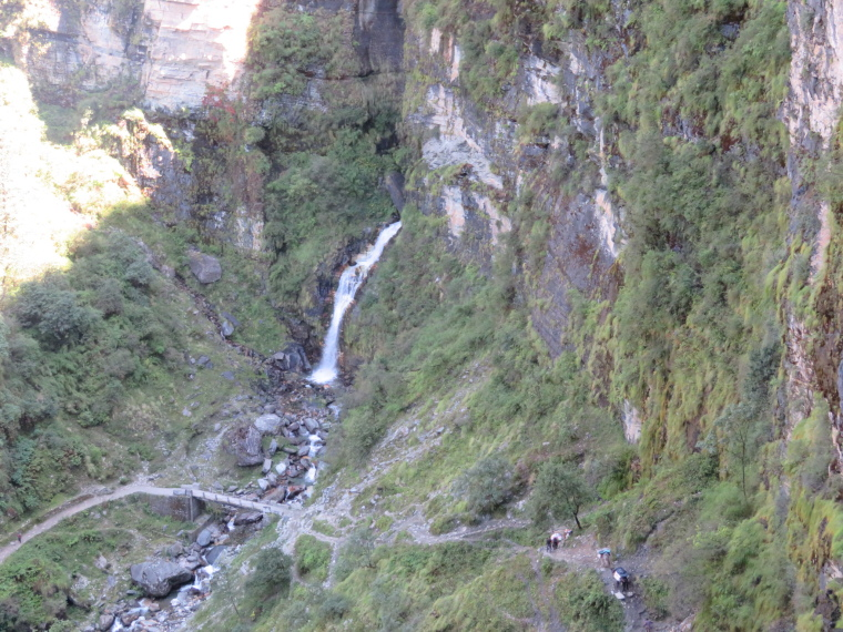 India NW: Uttarakhand/Garwhal, Kuari Pass (Curzon Trail) , Waterfall in deep gorge, Walkopedia