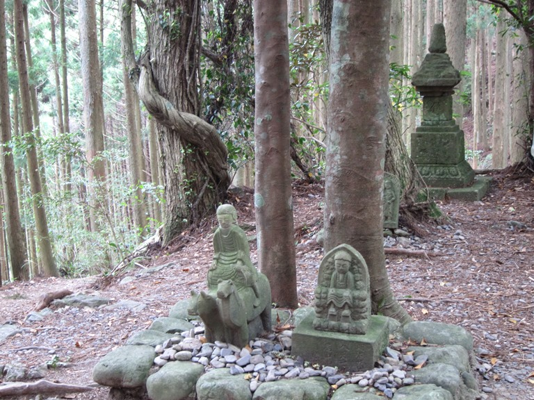 Nakahechi Trail : Modest oji and C12 stupa - © William Mackesy