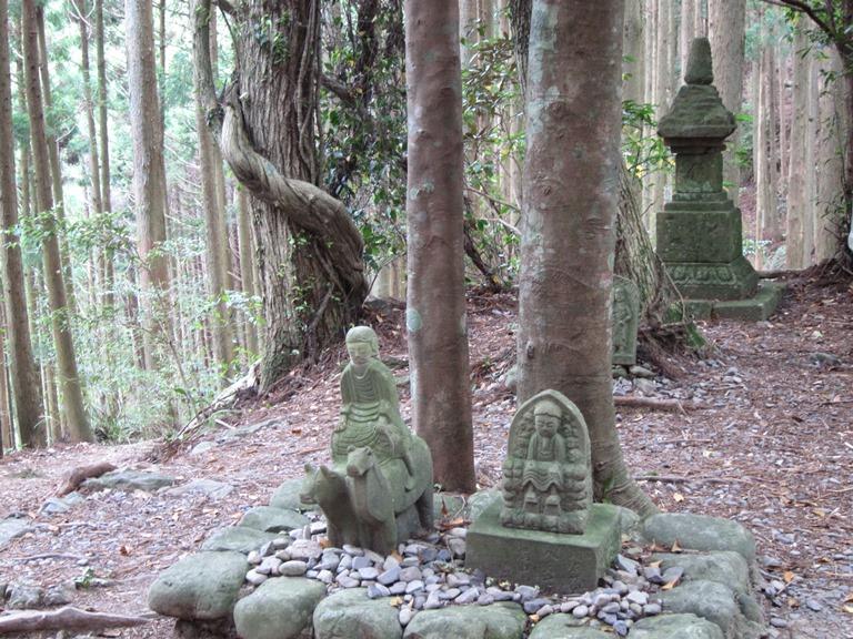 Japan Kansai: Kii Peninsula, Nakahechi Trail , Modest oji and C12 stupa, Walkopedia
