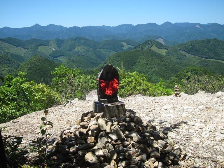 Japan Kansai: Kii Peninsula, Nakahechi Trail , Pass-top oji, Kii mountains behind, Walkopedia