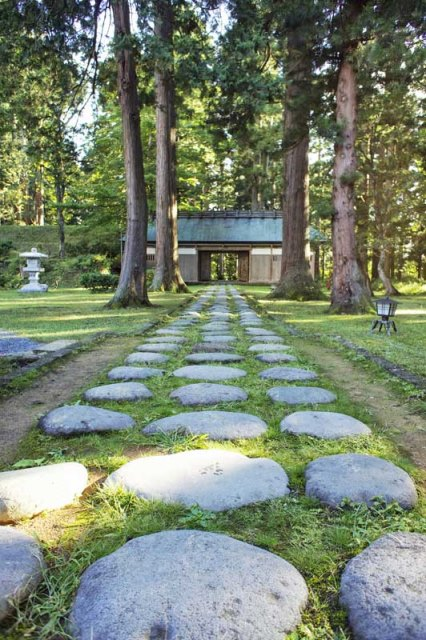 Path to shrine - © Walk Japan