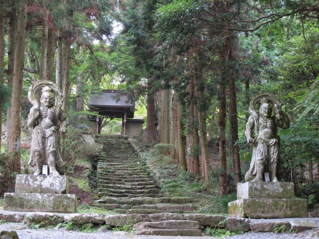 Nio guardian deities at the entrance to Futago-ji Temple - © Walk Japan