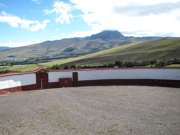 Cerro Ruminahui: Bullring and Sincholagua from Ruminahui flank - © William Mackesy