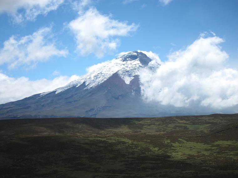 Cerro Ruminahui: Cotopaxi behind lower Ruminahui ridge - © William Mackesy
