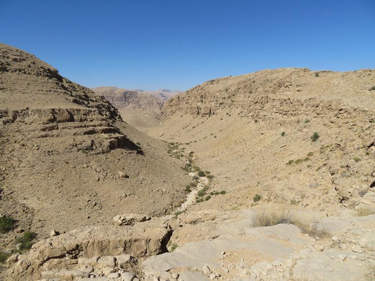 Across the Selma Pateau (E35): High plateau, upper tributary to Wadi tiwi - © William Mackesy