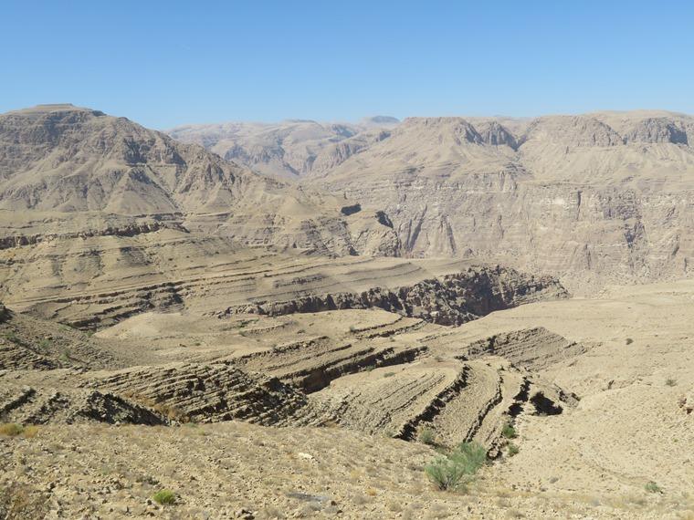 Across the Selma Pateau (E35): Top of Wadi Tiwi - © William Mackesy