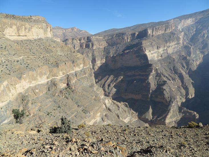 Oman Western Hajar Mts: Jebel Akhdar, Balcony Walk, Wadi Nakhur, Can you see the trail?, Walkopedia