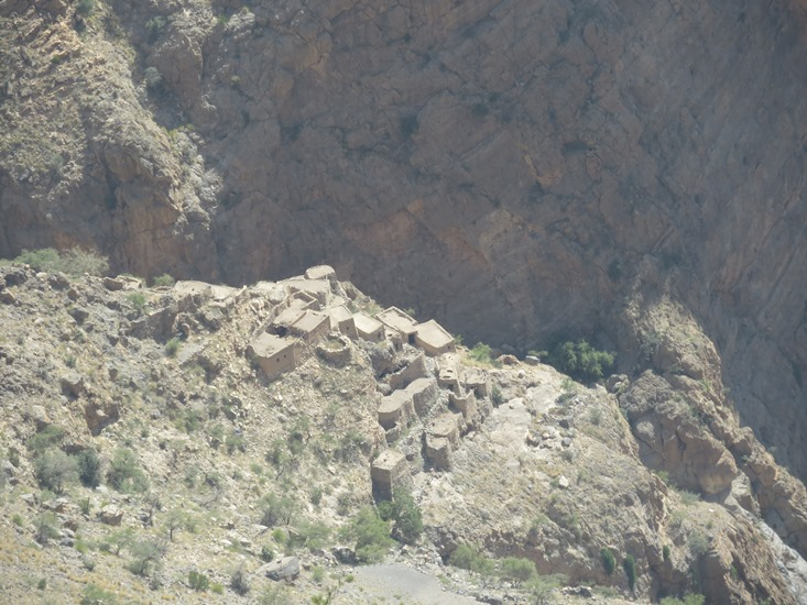 Oman Western Hajar Mts: Jebel Akhdar, Qiyut to Ar Roos Traverse , Into Wadi Tanuf from lunchtime ledge, Walkopedia