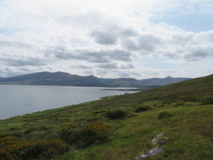 Ireland Kerry/Cork, Ireland's SW Peninsulas, Dingle - Beenoskee (L) to Slievanea from Brandon Point, Walkopedia