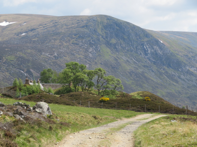 Glen Callater: Approaching the lodge - © William Mackesy