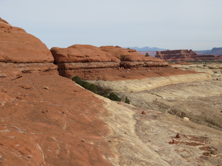 USA SW: Canyonlands NP, Circuit above Squaw Flats, the Needles, Formation near Squaw Flat, rock strata colours, Walkopedia