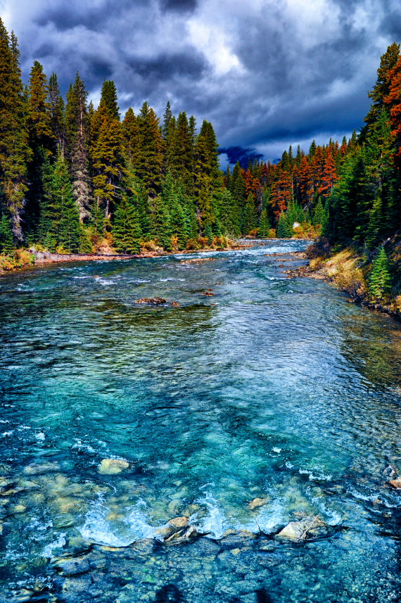 Beaver Lake to Jacques Lake: The Maligne River flows in a narrow channel to Medicine Lake - ©  Flickr user Andres Alvarado
