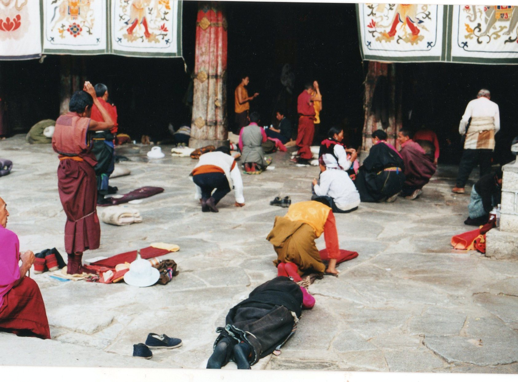China Tibet, Barkhor Kora, Lhasa, Prostrating at the Jokhang, Walkopedia