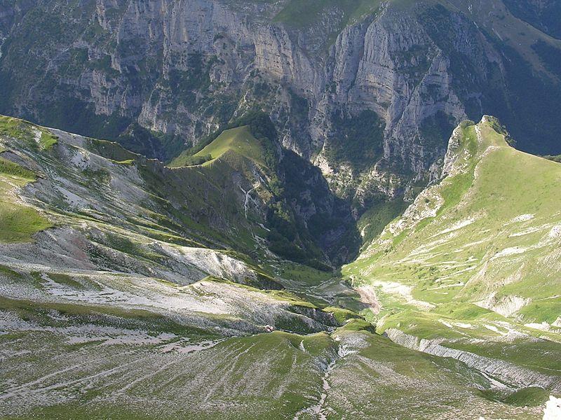 """The Sibillini Traverse : Gola dell""""infernaccio seen from Mount Sibilla - © Pamoramio user tony_57"""