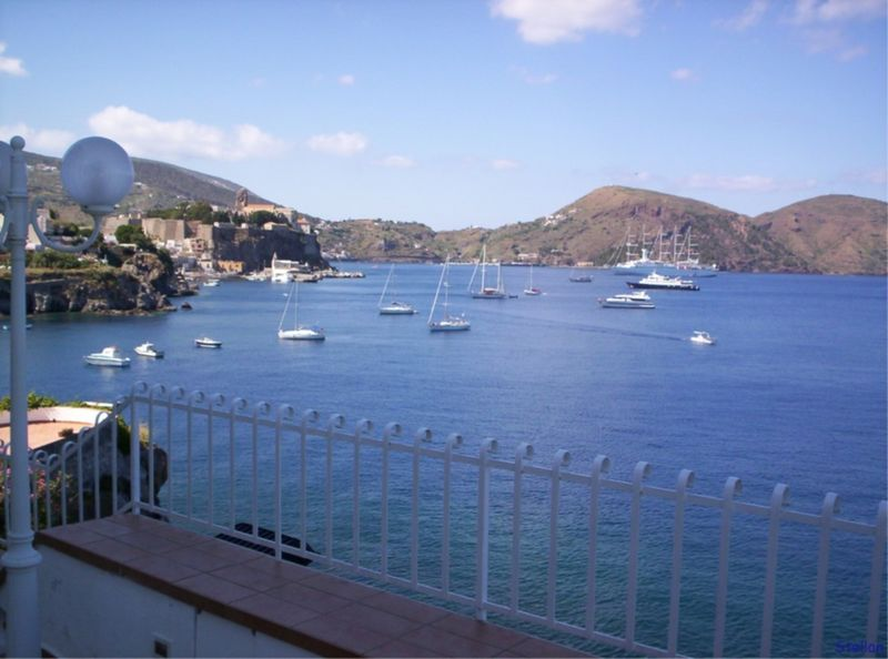 Aeolian Islands: View of the Bay of Lipari with the Castello - © Wikitravel Lipari Castello