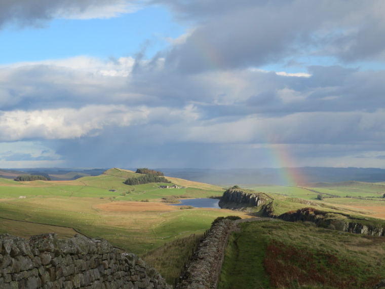 United Kingdom England Hadrian's Wall, Sewingshields to Cawfields, East from Winshilds Crags, Walkopedia