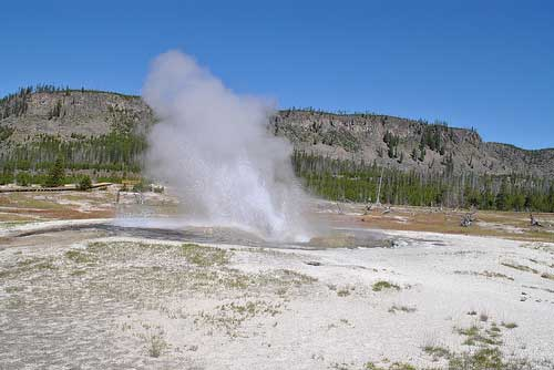 Yellowstone NP - Jeweled geyser in Biscuit Basin - © By Flickr User www78