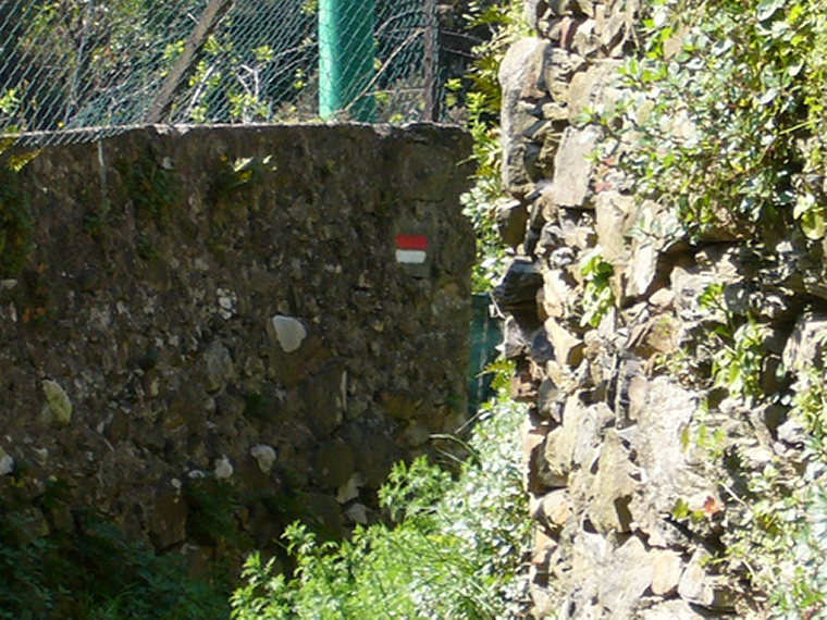 Cinque Terre: Cinque Terre - Footpath with trail marker - © By Flickr User WiggyToo