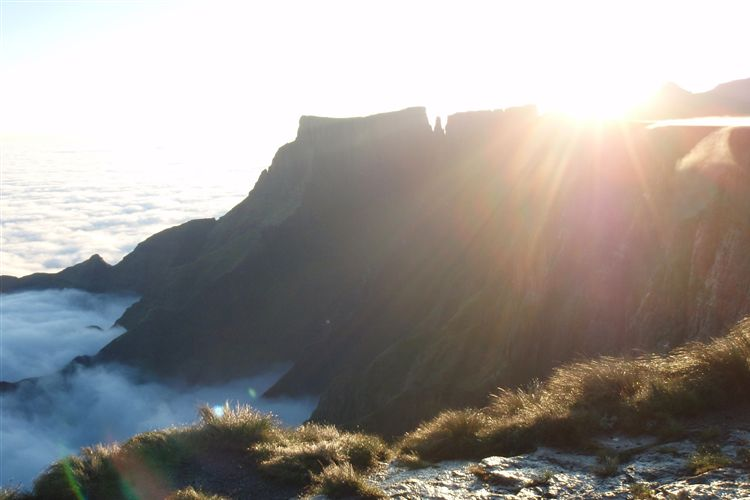 South Africa Drakensberg, North Drakensberg Traverse, Drakensberg Amphitheatre sunrise, Walkopedia