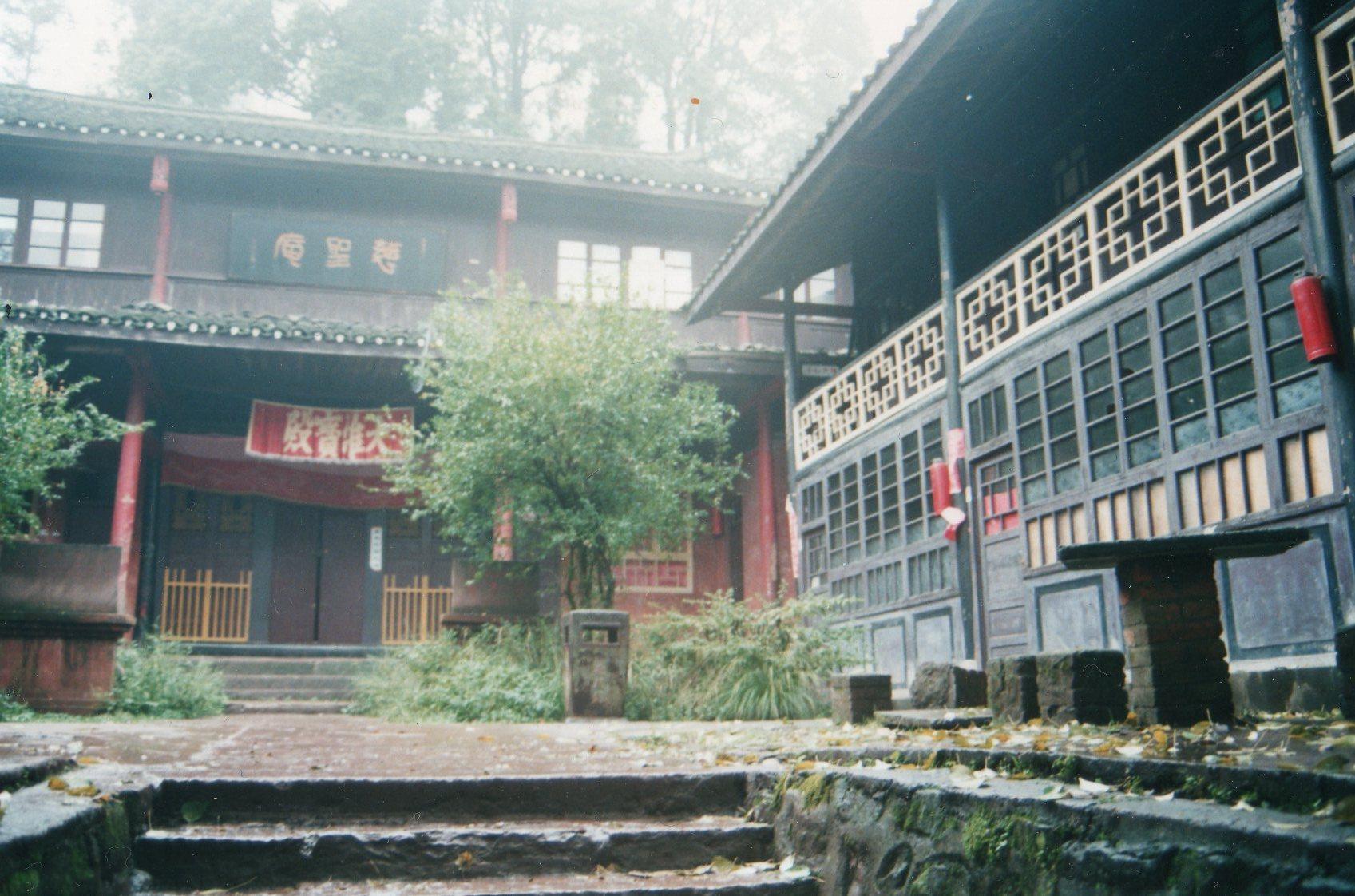 China Sichuan, Emei Shan, Monastery in the mist, Walkopedia