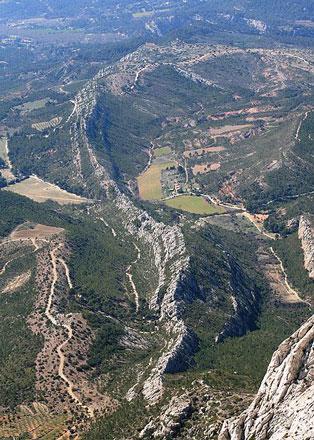 """Chaine Rocheuse a l""""ouest de la Montagne Sainte Victoire - © From Wikipedia Commons, by JM Rosier"""