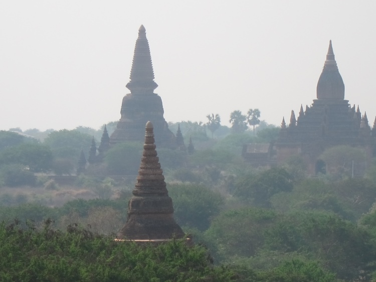 Myanmar, Bagan, Bagan - Is the one in the back the loveliest of the lot, Walkopedia