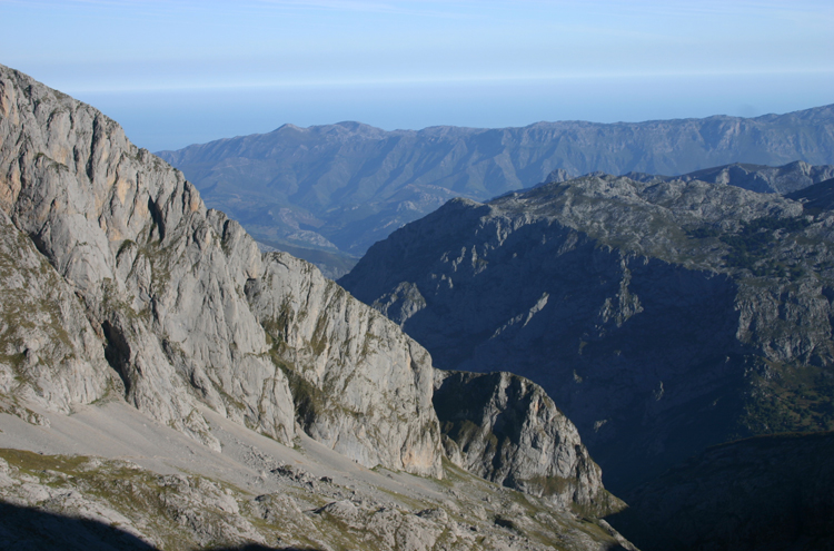 Central Picos Traverse: Morning, toward the sea - © William Mackesy