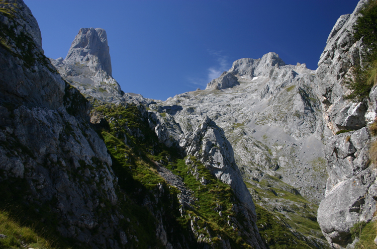 Central Picos Traverse: Naranjo de Bulnes - © William Mackesy