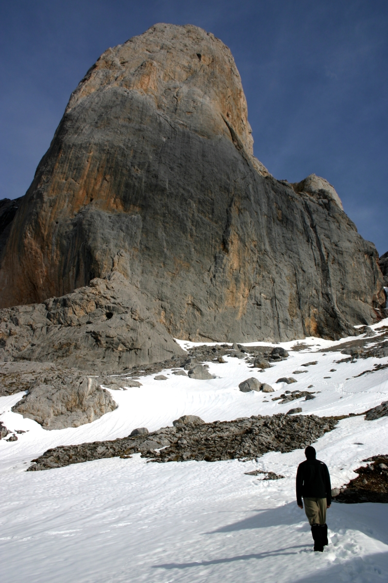 El Naranjo De Bulnes (Central Picos Traverse) - © By Flickr user alvarolg