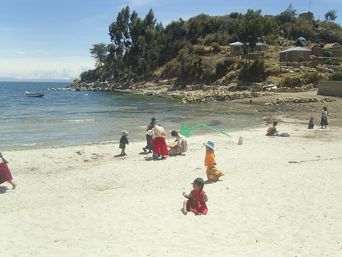 Local Beach Life - Isla del Sol - © By Flickr user ronancrowley