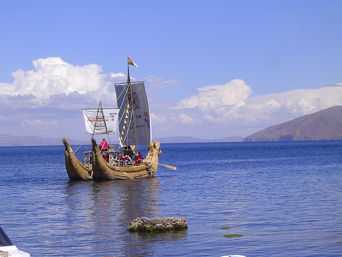 Tourist Dragon Boat, Isla del Sol - © By Flickr user ydnammmm