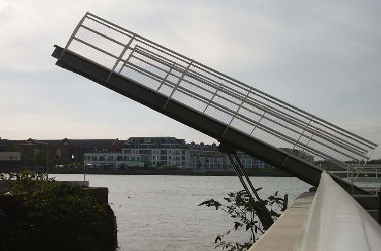 Thames Path: Falcon Dock Bridge - © By Flickr user SwissDave