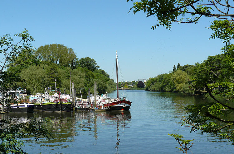Thames Path: Isleworth, London - © By Flickr user Mike_fleming
