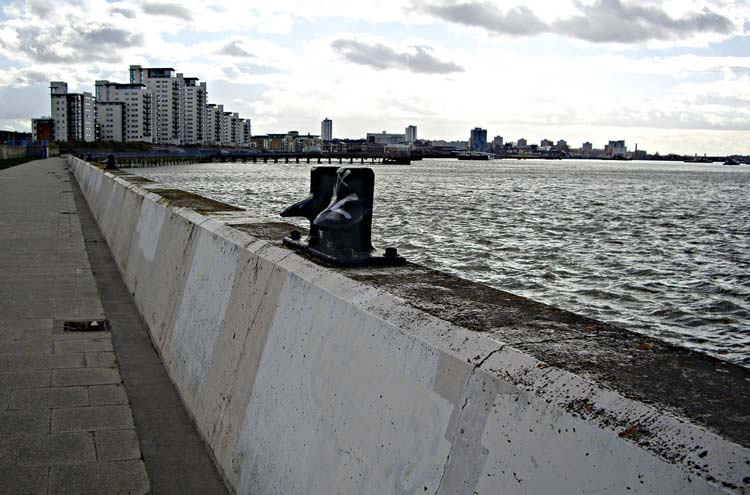 Thames Path: Thames Path towards Woolwich - © By Flickr user Sachab