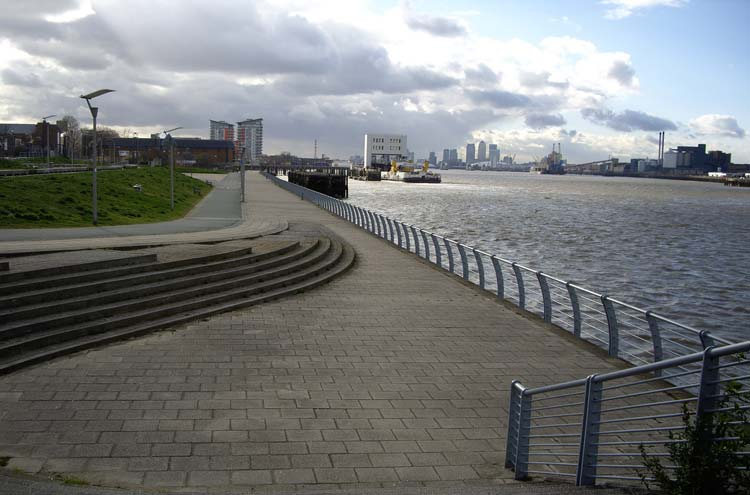 Thames Path: Towards Canary Wharf - © By Flickr user Sachab