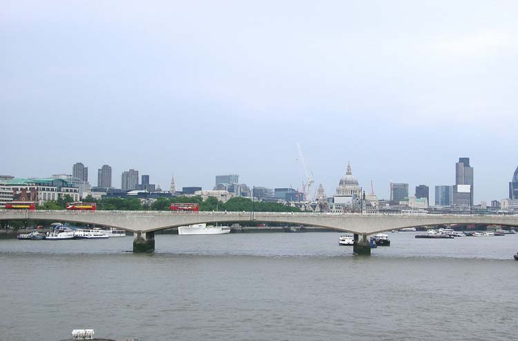 Thames Path: Waterloo Bridge - © By Flickr user Half a World Away