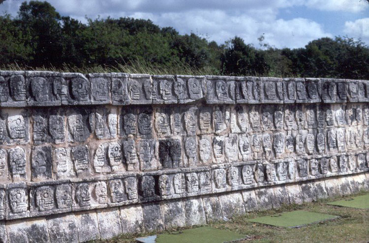 Wall of Skulls (Tzompantli) - © By Flickr user jimg944
