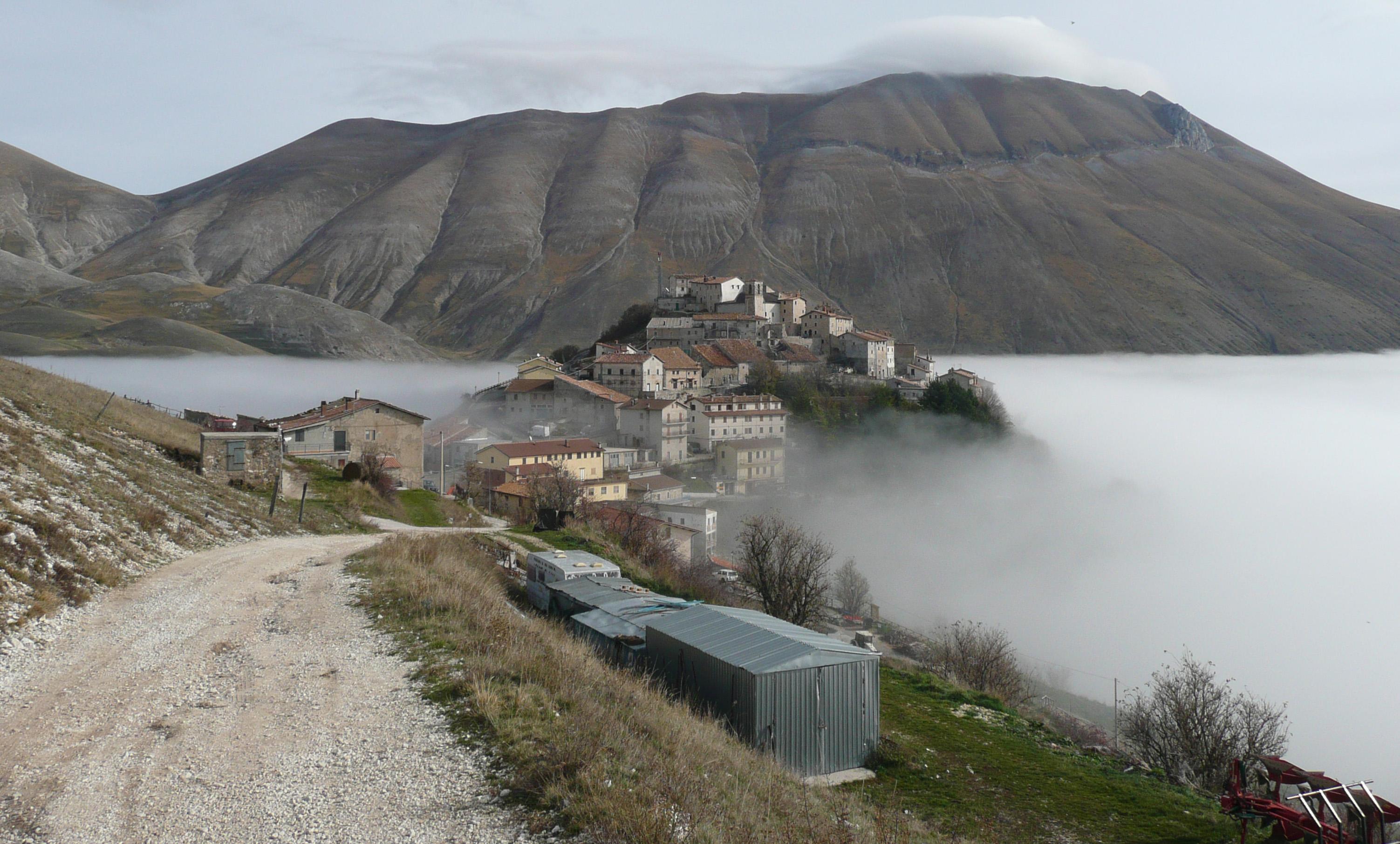 Sibillini: Castelluccio Monte Vettore  - © Wikimedia user Chin tin tin