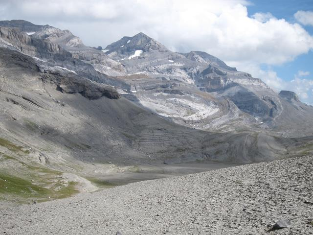 France Pyrenees, Gavarnie-Ordesa Circuit, East under high ridge, Walkopedia