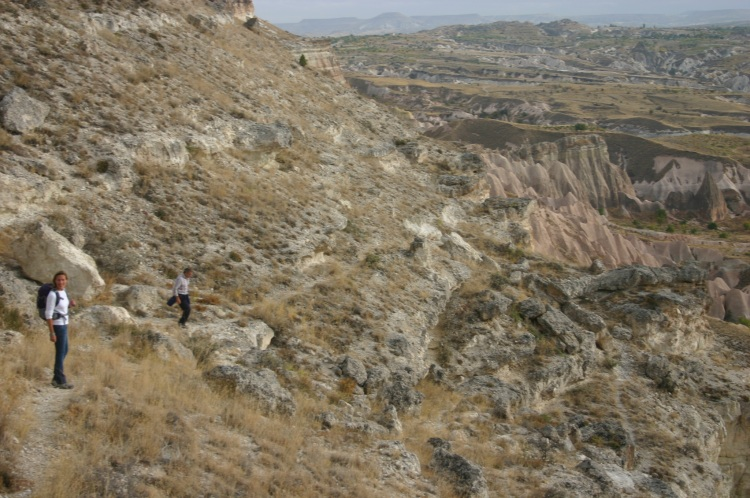 Turkey Central Anatolia Cappadocia, Ak Tepe, Descent between the cliffs, Walkopedia
