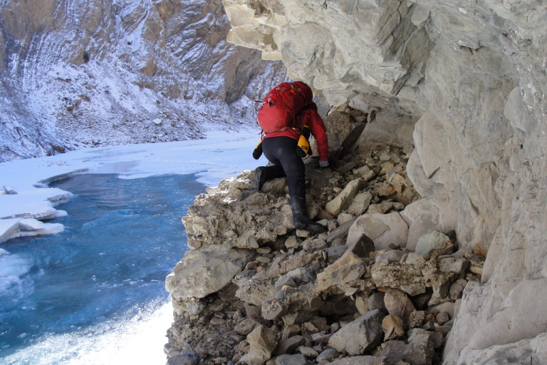 Zanskar River in Winter: Scrambling over rocks when there is no ice to walk on - © flickr user- Bob Witlox
