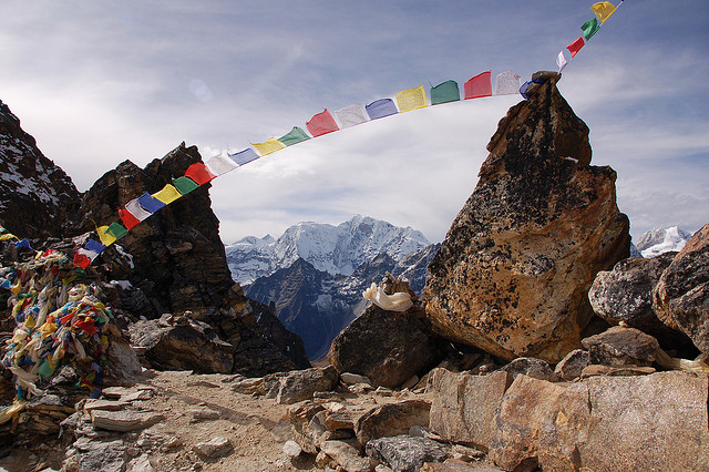 Bhote Kosi Valley - prayer flags on Renjo La - © Copyright Flickr user Oliphant