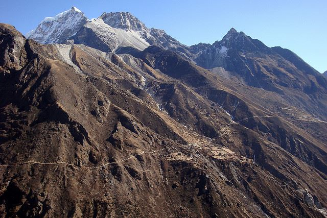 Gokyo Valley: Gokyo Valley - trail through the valley - © Flickr user bobwitlox
